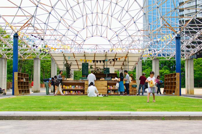 2015年から開始された社会実験、芝生のカフェ。そこへ本棚が併設されるというアウトドアライブラリーという試みがなされました。