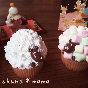ホイップクリームとマシュマロを使えば、こんなふわモコ羊も簡単! アーモンドチョコの顔、チョコベビーの手がカワイイ♪
