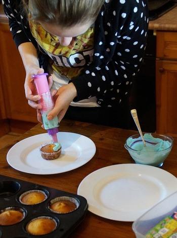 かわいいレースペーパーを使ったり、型紙を使って粉砂糖を振りかけるだけなら、ケーキ作りの初心者さんでも簡単です。王道のハート型のデコレーションもいいですが、ほかにも素敵に見える簡単デコをご紹介します。