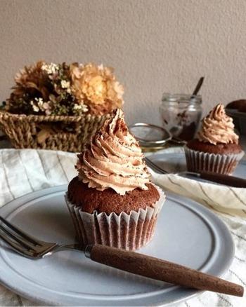 チョコのカップケーキに、生チョコクリームをトッピング。仕上げに振りかけたココアパウダーが、大人の雰囲気です。