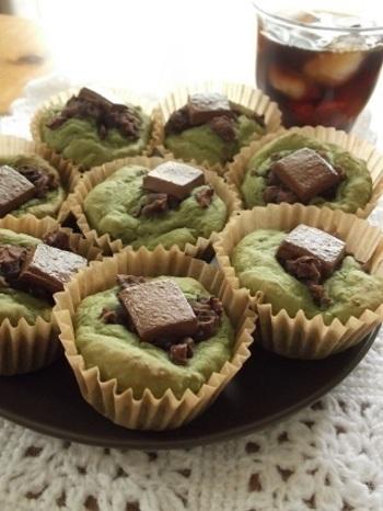 和風のカップケーキも、割チョコをトッピングするだけでバレンタイン仕様に! グリーンのケーキとチョコのコントラストがキレイです。