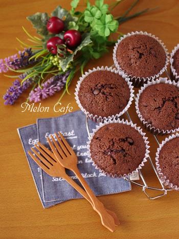 チョコの味にこだわるのなら、基本に習ってチョコをたっぷり使って作るのがおすすめ。 ホットケーキミックスとココアパウダーを使えば、濃厚なチョコ味のカップケーキも簡単にできちゃいます。