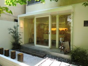 小田急線・代々木八幡、千代田線・代々木公園駅からすぐ。細い路地を入ったところにひっそりとたたずむお店です。