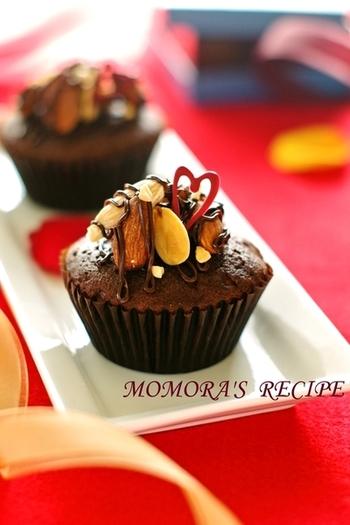ナッツやドライフルーツをトッピングした大人味のカップケーキには、溶かし固めたハート型チョコを添えて。バレンタインらしくていいですね。