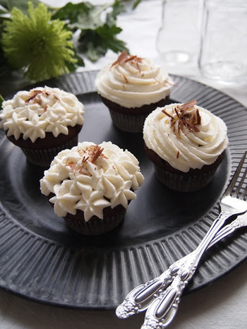 モカ味のカップケーキと、白いクリームのコントラストが上品。トッピングのクリームにはホワイトチョコを混ぜて、チョコたっぷりのカップケーキです。