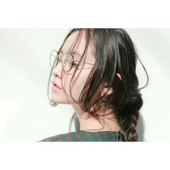 他にも、レトロガールを目指すならひとつは持っていたいアイテム「丸眼鏡」。ルーズな三つ編みヘアと合わせると、より雰囲気がアップしますね。