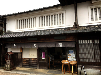 創業230年余り。 東海五十三次の宿場町として知られる関宿で、 江戸時代から続く「深川屋」。 その頃からずっと変わらない味を守り続けている老舗和菓子屋さんです。