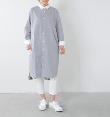 襟元や裾がホワイトの切り替えシャツワンピースは、ホワイトのパンツとスニーカーを合わせてまとまり感を出すと◎ バックに異なるストライプがデザインされたこだわりのワンピが素敵です。
