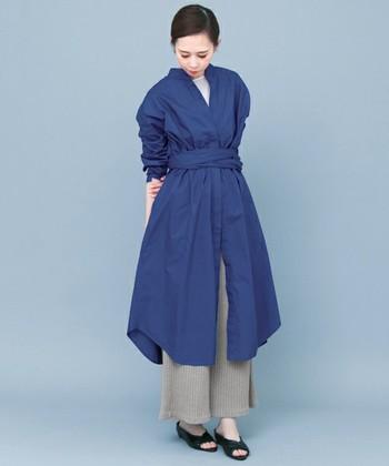裾に広がりのあるシャツワンピには、あえて同じく広がりのある異素材のパンツをチョイスした上級者コーデ。歩くたびに揺れるシャツワンピとパンツのレイヤードスタイルがとっても素敵です。