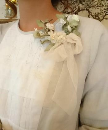胸元を華やかにドレスアップアップしてくれるコサージュ。シンプルなワンピースも、一気にドレス風に。お花が付いた物を選べば、より春らしい装いに変身。