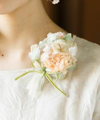 ブーケのようにチュールで包まれたお花が素敵。お花だけのコサージュよりも、チュールのニュアンスがこなれ感を演出してくれます。チュールならではの優しい色合いもドレスアップにぴったり。