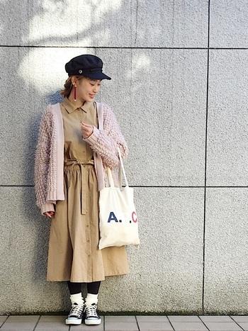 ベージュのシャツワンピースは、ウエストリボン×フレア調のスカートがレディライクなデザイン。優しいピンクのもこもこカーディガンを重ねて、さらに可愛らしい印象に。あえて靴下とスニーカーで合わせて外しているのもポイントです。