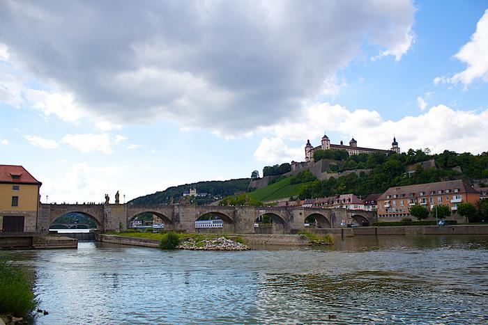 ヴェルツブルクは、南ドイツを南北に縦断するロマンチック街道の起点として知られている街です。街中を悠然と流れるマイン川、丘の頂にそびえるマリエンベルク要塞、石造りの古いアーチ橋が織りなす景色は、絵画のような素晴らしさです。