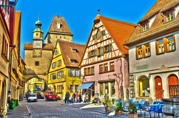 市壁に囲まれた旧市街に一歩足を踏み入れると、中世にタイムスリップしたかのような気分を覚えます。石畳が敷かれた路地の両横には、カパステルカラーの壁と赤いレンガの家が軒を連ねており、メルヘンの世界がそのまま広がっています。 街が築かれてから悠久の時を経た現在も、色褪せることなく輝きを放ち続けるローテンブルクでは至る所で「絶景」と称されるにふさわしい景色が残されています。