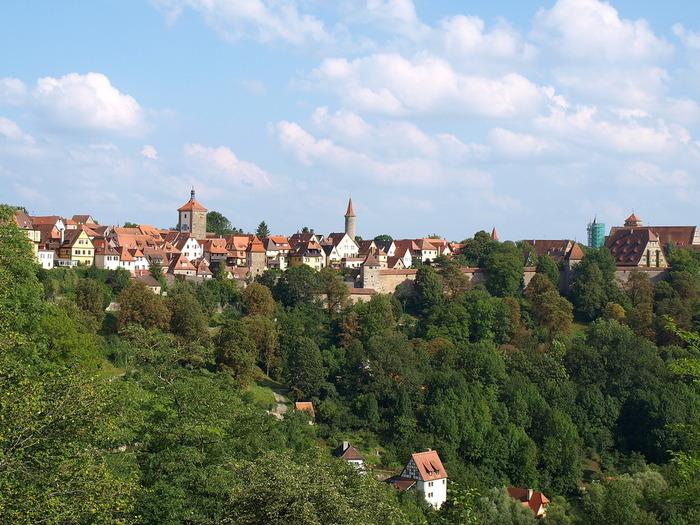 「中世の宝石」「ロマンチック街道の宝石」と称されるローテンブルクは、中世の面影を色濃く残すドイツ屈指の美しさ誇る街です。