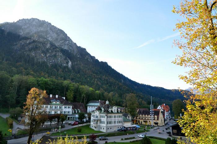 バイエルン州の最南部、オーストリアの国境近くに位置するフュッセンは、ロマンチック街道の終着地として知られています。