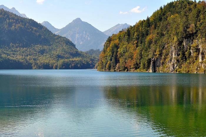山に囲まれたフュッセン近郊には、数々の美しい湖が点在しています。山と湖が織りなす絵葉書のような風景は、まさに絶景そのものです。