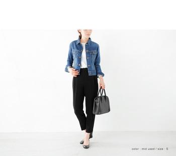 カチッと感のあるジャストサイズのGジャンは、私服OKなオフィスシーンでも活躍しそう。ブラックのスラックスとパンプス、バッグなど、小物使いでシックに仕上がっています。