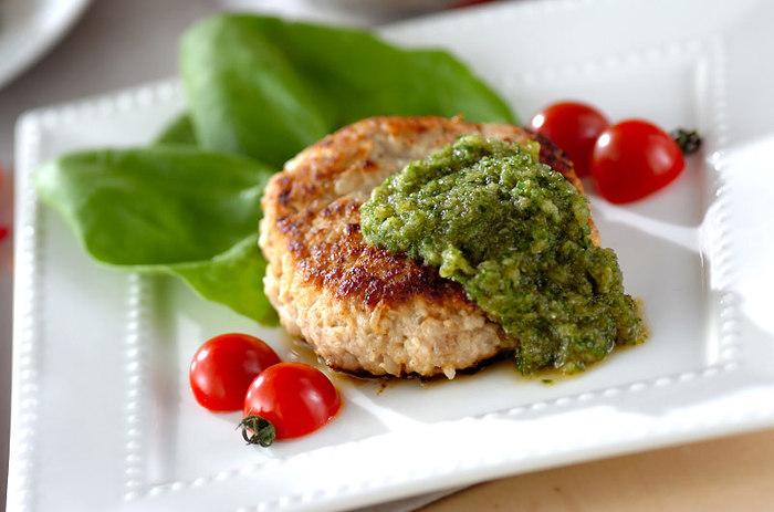 キュウリとポン酢で作った緑のソースはとっても爽やか!いつものハンバーグに合わせてみてくださいね。
