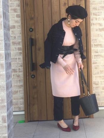 薄手のニットワンピに、デニムパンツを合わせ、コンパクトなGジャンをオン。暖かな日は羽織るだけでも素敵です。バケツバッグやベレー帽など、こだわりの小物と合わせてトレンド感のあるスタイリングに。