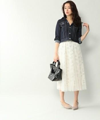 チュールプリーツスカートには、濃いめのGジャンを合わせて、スタイリッシュに仕上げて◎ ふんわり&ゆれ感が印象的なスカートには、コンパクトなGジャンでメリハリをつけるとバランスがとれます。