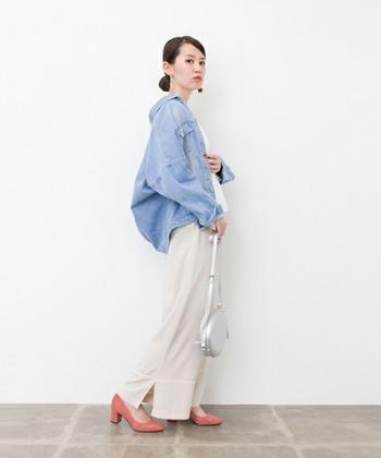 薄めカラーのGジャンには、アイボリーのワイドパンツとサーモンピンクのヒールを合わせてレディな仕上がりに。シルバーメタリックのバッグでエッジをきかせるとアクセントのあるコーデに仕上がりますよ。