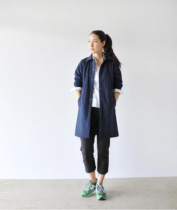 軽やかなデニムシャツコートをさらっと羽織って。足元は淡いグリーンのスニーカーで春らしさを演出。