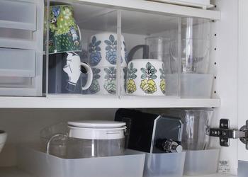食器棚に収めると、棚の高さいっぱいに無駄なく収納できているのがよく分かりますね♪ボックスには指を引っ掛ける穴が開いているので、取り出すのも簡単です。お気に入りの食器を見せながら収納したい時にぴったりですよ。