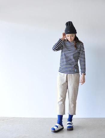 +靴下なら春先でもサンダルを楽しめます。色味を抑えたシンプルなコーデにブルーの靴下で差し色を。