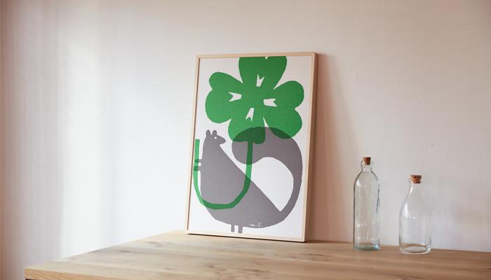 1枚取り入れるだけで部屋の雰囲気を変えられる絵もおすすめアイテム。クローバーやチューリップなど春夏らしいモチーフとかわいい動物が描かれた、鈴木マサルさんの「ファブリック版画」。インテリアのワンアクセントに素敵な絵を飾ってみませんか?