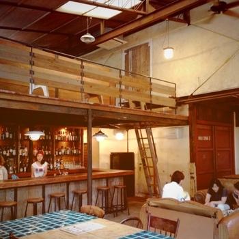 天井が高いのでとても開放的です。地ビールのCOEDO生やアルコール類も豊富なんですよ!