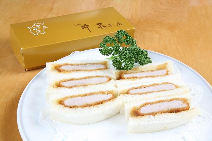 お箸で切れるとんかつが売りの老舗「井泉」。とっても柔らかいカツが、柔らかいパンに挟まれた至高の一品♪ カツに染みたソースがたまらない、最上級のかつサンドです。