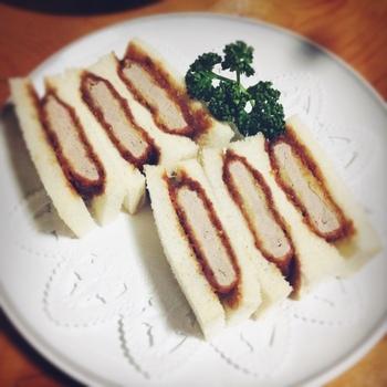 東京・上野にあるとんかつの老舗「井泉」の女将、石坂登喜が昭和10年に発案したとされています。 当時花柳界の芸者さんたちが食べていたそうです。意外と歴史ある食べ物だったんですね♪