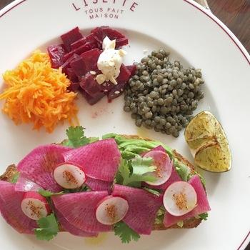 季節のお野菜が乗ったタルティーヌ。色合いがとっても綺麗!リゼッタらしい、優しさが溢れるプレートです。