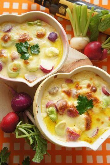 【ラディッシュと空豆のグラタン】 生でもおいしいラディッシュをグラタンに。濃厚なソースの中に、ラディッシュのシャキシャキした食感が楽しめます。たっぷりのお野菜もグラタンにすると、お子様にも喜ばれそう♪見た目も鮮やかで、食卓も明るくなりますね。