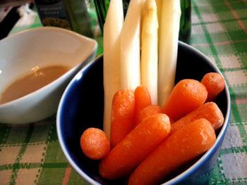 【ミニキャロットのアンチョビクリーム】 加熱せずに、ホイップした生クリームを使って作るディップ。ミニキャロットはもちろん、新鮮なお野菜なら何でも◎。サラダとしてはもちろん、おつまみにもおすすめです。