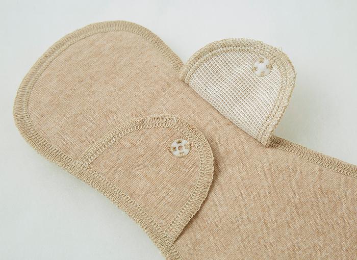 布ナプキンは、紙ナプキンと同じようにショーツにつけて使用します。 羽つきタイプにはスナップがついていて、専用のショーツに羽を留めて使用します。