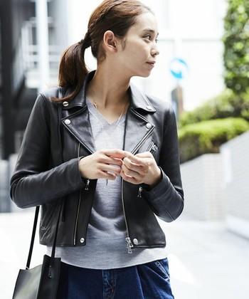 ハードな印象が強いライダースジャケットですが、実は羽織るだけでオシャレ度をUPしてくれるアイテム。スカートと合わせれば、可愛らしくなりすぎない大人の着こなしに。