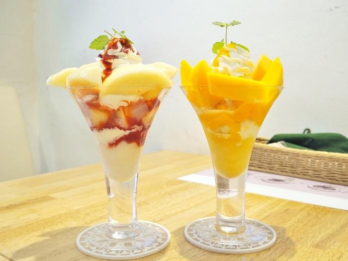 豪快に大きくカットされたフルーツに、生クリームの下にはナタデココとアイスクリームの贅沢なパフェが人気。