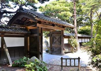 中門。ヨーロッパスタイルのバラ園だけでなく、こういったわびさびを感じられる日本庭園も見事です。
