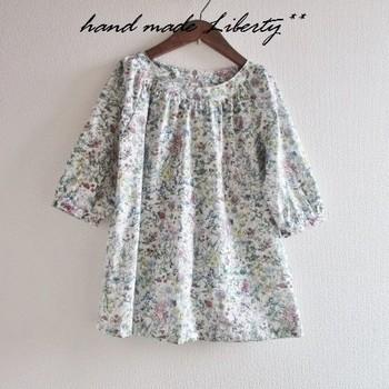 """リバティプリントを思いっきり堪能するならやっぱりお洋服。シルクのように滑らかな肌触りのタナローン生地は、直接肌に触れるお洋服にもぴったりです。綺麗なドレープデザインもリバティの良さを楽しめるポイント。リバティプリントは""""Wild Flowers""""です。"""
