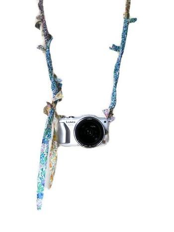 リバティプリントを贅沢に使った咲き編みのカメラストラップも素敵。暖かくなってきたらカメラを持ってお出かけしませんか?
