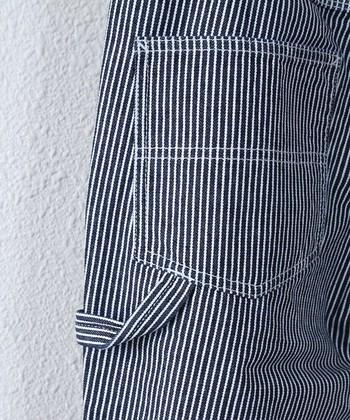 「ヒッコリー」とは、元々ある種類の木の名前です。そこから、その木の樹皮のような縞模様が特徴の「ヒッコリー・ストライプト・デニム」、通称ヒッコリーが誕生し、親しまれています。インディゴの糸と白い糸で織られた縞模様が特徴で、デニム特有の丈夫さと、スマートに見えるストライプ模様から定番人気に。