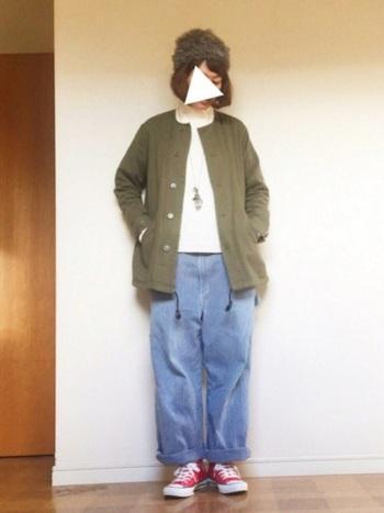 上も下もビッグサイズでゆるいのがいい感じ。重くなりすぎないよう、裾をロールアップ&帽子で目線を上に。