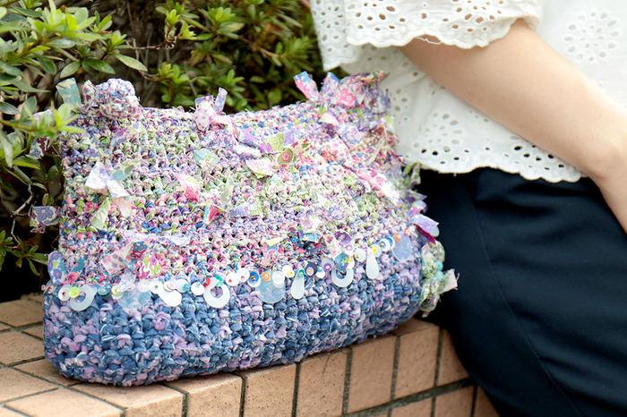 リバティプリントを贅沢に使った「リバティの咲き編みポーチ」。表情豊かなグラデーションカラーが素敵ですね。