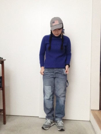 パッチワークが施されたメンズライクなヒッコリーパンツは、やんちゃな少年っぽく履きこなしたい。きっちり結んだ三つ編みが可愛いですね。