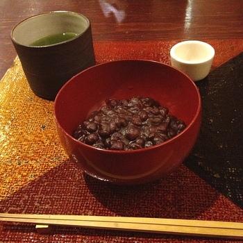 粟ぜんざいはつぶつぶ粟餅の食感がなんとも美味。雑味のないすっきりとした甘さですよ。たっぷりの小豆も嬉しいですね。