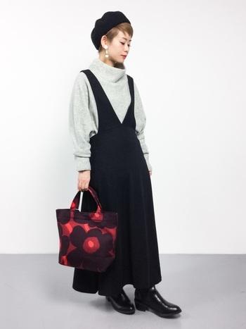 黒のジャンパースカートに、黒のベレー帽を合わせたシックなコーディネート。深いVネックのジャンパースカートは、首周りがスッキリしてスタイル良く見せることができます。落ち着いた赤い色味のバッグがいいアクセントになっています♪