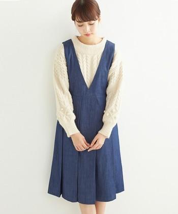 『ちょっとそこまで。』のお出かけには、リラックス感のあるデニムジャンパースカートで過ごしませんか?もこもこのニットを合わせればほっこりと優しいイメージにしてくれますよ。