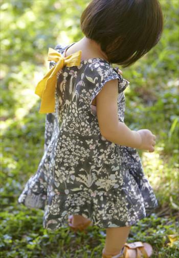 """高級感のあるリバティプリントをあえてキッズに使うのも素敵。こちらは花や動物を大胆にあしらった""""Yoshie""""です。シックなグレーにイエローのリボンで子供らしい元気なイメージになりますね。"""